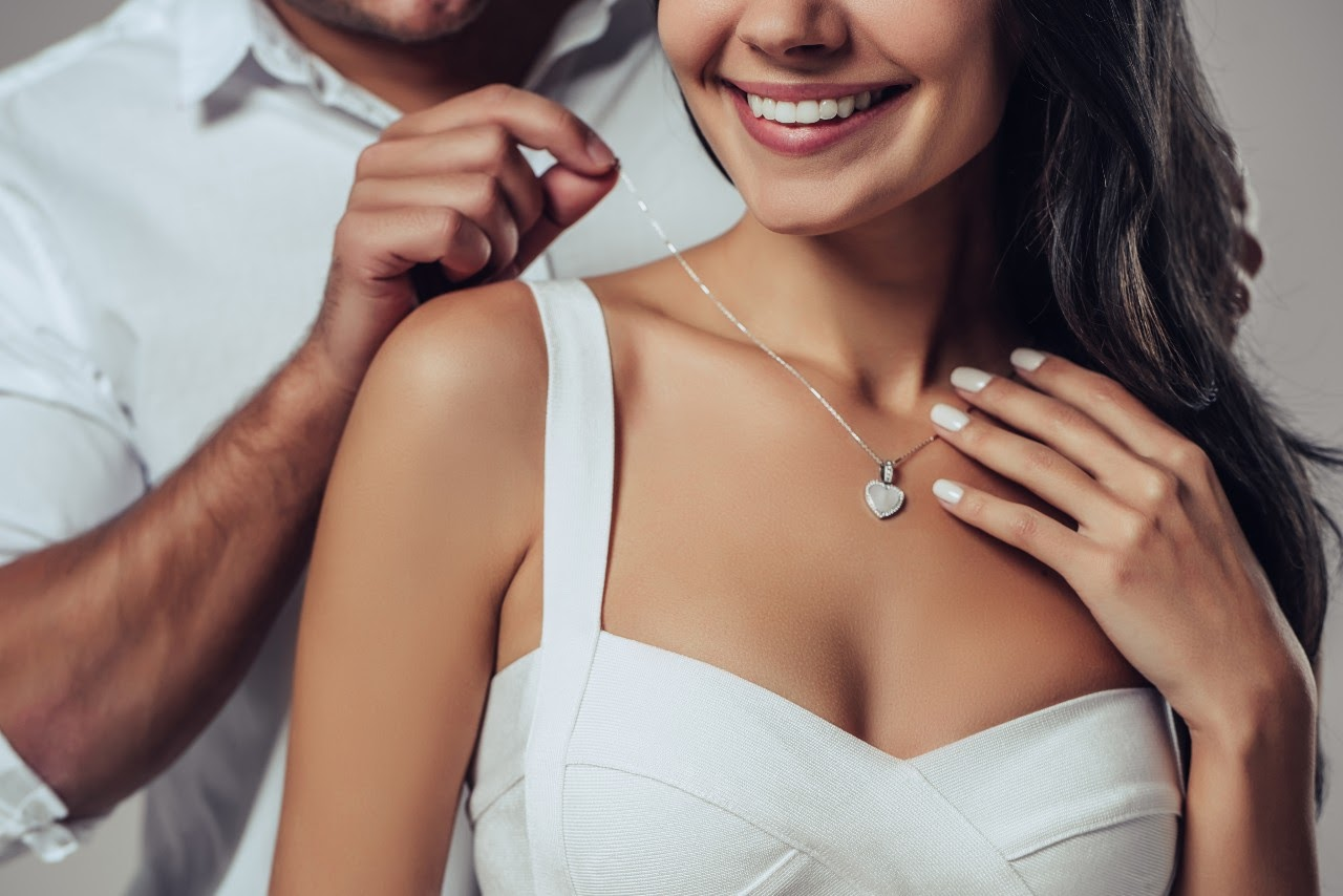 Make Her Fall in Love All Over Again with Romantic Jewelry With A Deeper Meaning